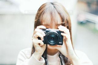 鏡の前に立ってカメラのポーズをとる女性の写真・画像素材[3378775]