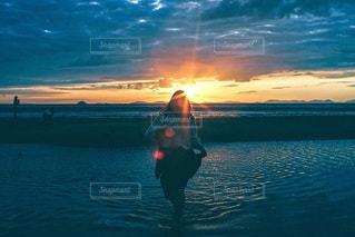 水の体に沈む夕日の写真・画像素材[3397418]