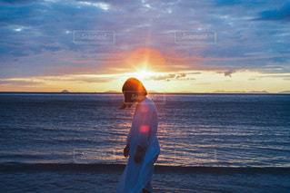 水の体に沈む夕日の写真・画像素材[3397414]