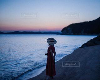 水の体の隣に立っている人の写真・画像素材[3397424]
