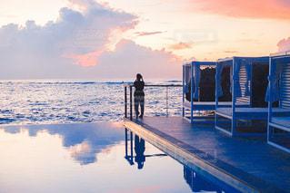 水の体に沈む夕日の写真・画像素材[3397426]