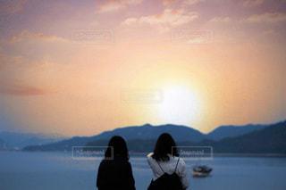 水の体の隣に立っている人の写真・画像素材[3397435]