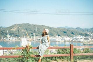 フェンスの前に立っている人の写真・画像素材[3401890]