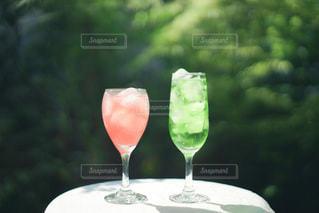 ワイングラスを持ってテーブルに座っている人の写真・画像素材[3488750]