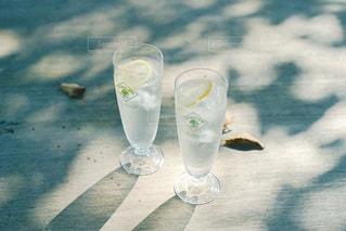 テーブルの上に水を1杯入れの写真・画像素材[3488758]