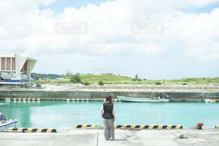水の体の隣に停まっているボートの写真・画像素材[3552283]