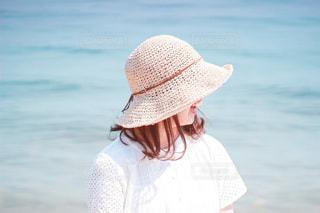 携帯電話で話している帽子をかぶった女性の写真・画像素材[3552295]