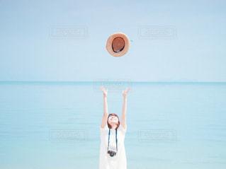 水の体の隣に立っている男の写真・画像素材[3552292]