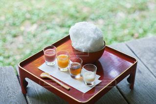 木製のテーブルの上に座っているコーヒーを一杯の写真・画像素材[3582669]