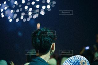 群衆の前の舞台に立っている男の写真・画像素材[3615755]