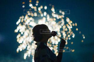 暗闇の中に立っている男の写真・画像素材[3615759]