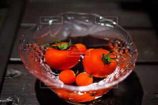 テーブルの上にオレンジのボウルの写真・画像素材[3664972]