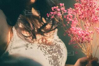 花を持っている人の写真・画像素材[3665095]