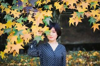 花の前に立っている女性の写真・画像素材[3716504]