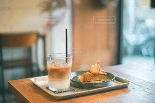 木製のテーブルの上に座っているコーヒーを一杯の写真・画像素材[3874333]