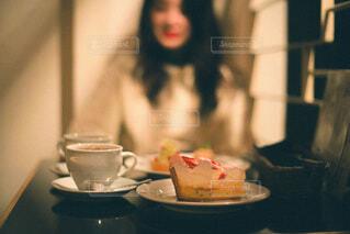 テーブルに座っている女性の写真・画像素材[3918874]