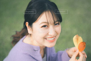 花を持っている人の写真・画像素材[3944765]