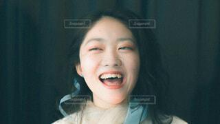 カメラに向かって微笑む女性の写真・画像素材[4092446]
