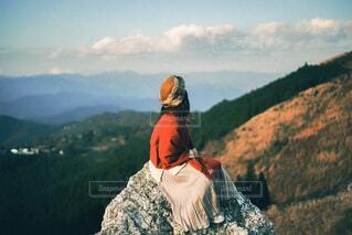 山の前に立っている男の写真・画像素材[4096583]