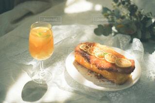テーブルの上にオレンジジュースを1杯入れの写真・画像素材[4320646]