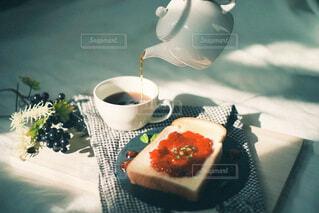 テーブルの上にコーヒーを一杯入れるの写真・画像素材[4341080]