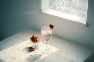 テーブルの上にワインを一杯入れますの写真・画像素材[4341087]