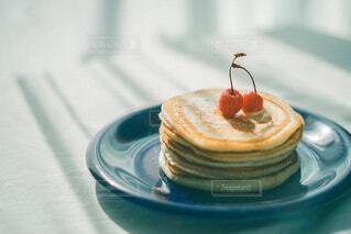 皿の上のケーキの片をクローズアップするの写真・画像素材[4810910]
