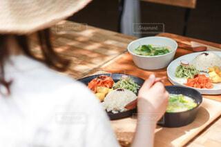 食べ物の皿をテーブルの上に置くの写真・画像素材[4810955]