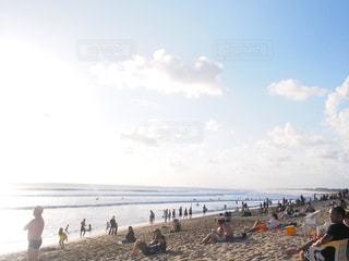 砂浜の上に立つ人々のグループの写真・画像素材[2345027]