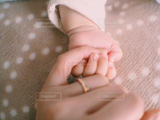 手を閉じるの写真・画像素材[2366038]