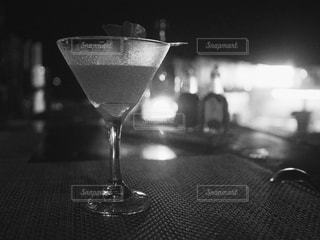 テーブルの上に座っているワイングラスのクローズアップの写真・画像素材[2433207]