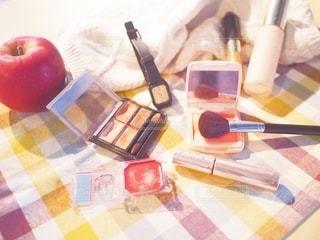 チェック,ドライフラワー,女子,テーブル,果物,メイク,美容,お洒落,コスメ,化粧品,チーク,リンゴ,メイクアップ,メイク道具,化粧道具,メイク用品