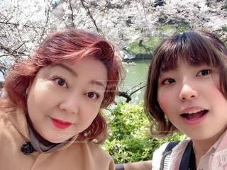 母と娘で花見デートの写真・画像素材[2367666]