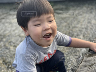 赤ん坊を抱いている小さな男の子の写真・画像素材[2347150]