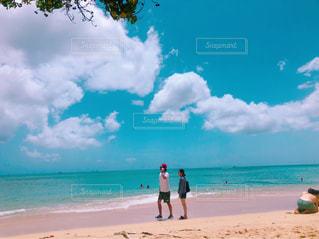 砂浜の上に立つ人の写真・画像素材[2352826]