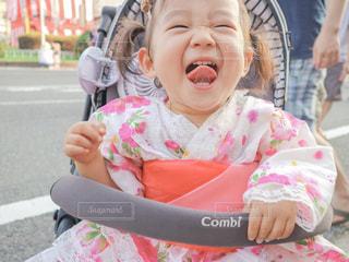 赤ん坊を抱いている小さな女の子の写真・画像素材[2346820]