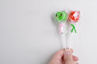 キャンディーを持つ手の写真・画像素材[2351224]