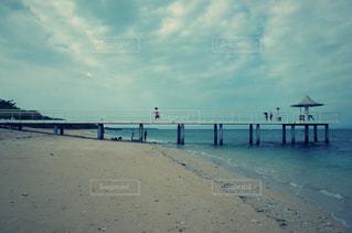 海 走る女の子の写真・画像素材[2351236]