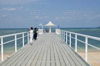 水域の隣にある木製の桟橋の写真・画像素材[2368934]