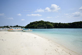 水域の隣の砂浜の写真・画像素材[2369335]