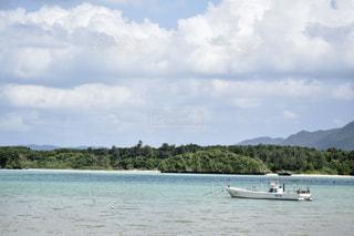 水域の小さなボートの写真・画像素材[2369337]