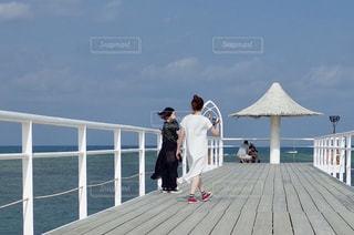 桟橋の前に立っている人の写真・画像素材[2378229]