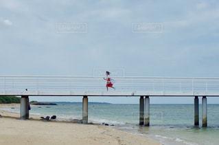 水域に架かる橋の写真・画像素材[2378246]