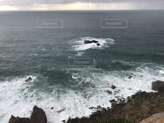 海の隣の水域押し寄せる波の写真・画像素材[2371029]