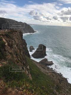 水域の真ん中にある岩の島の写真・画像素材[2371030]
