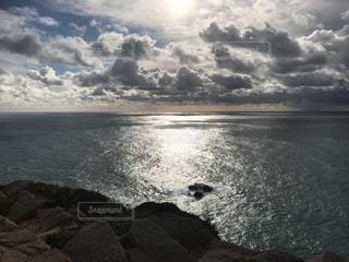 水域の上空の雲の写真・画像素材[2418755]