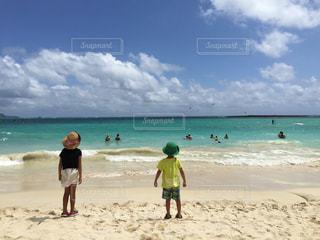 砂浜の上に立つ人々のグループの写真・画像素材[2347925]