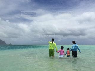 海の中に立っている人々のグループの写真・画像素材[2352366]