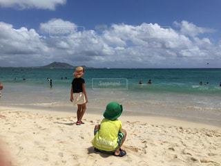砂浜の上に立つ人々のグループの写真・画像素材[2412550]