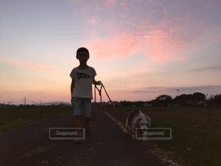 犬の隣に立っている男の写真・画像素材[2412609]